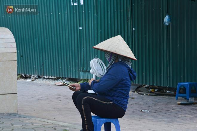 Ngày nắng nóng nhất từ đầu hè lên đến 40 độ C: Đường phố Hà Nội 'bốc hơi', người dân vất vả che kín mít - 19