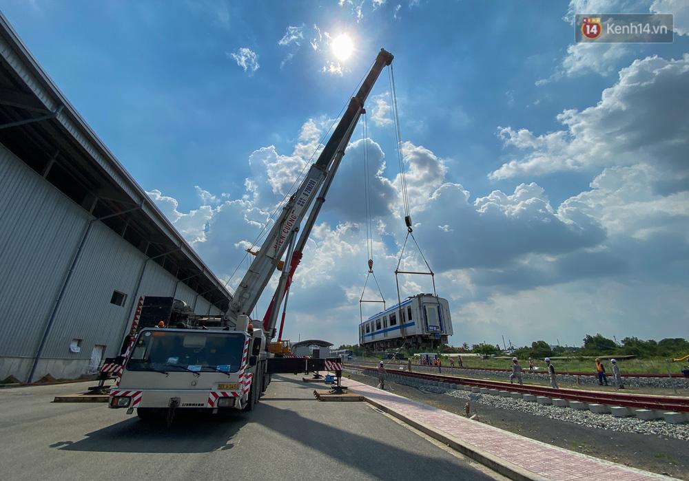 TP.HCM: Toàn cảnh lắp ráp đoàn tàu Metro số 1 nặng 37 tấn vào đường ray, sẵn sàng chạy thử - 7