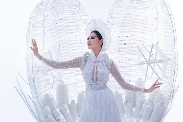 Ngắm trọn vẹn quốc phục Khánh Vân sẽ diện ở đêm Bán kết Miss Universe 2020: Cầu kỳ đến mức bị thương, nhưng tôn visual đỉnh cao - 2