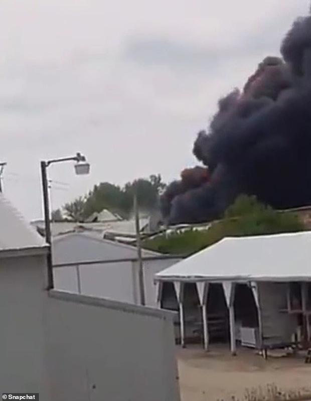 """Tai nạn kinh hoàng: Cầu sập khiến tàu hoả trật đường ray rồi phát nổ dữ dội làm hơn 30 toa tàu """"chết đứng"""", khẩn cấp sơ tán 3000 cư dân - 7"""