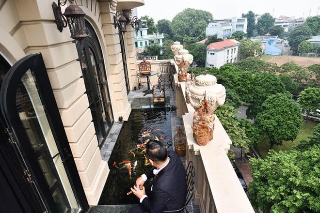 Biệt thự phố cổ Hà Nội của đại gia thời trang Chương Tailor: Xây bể cá Koi 5 tỷ ở ban công, dành nguyên tầng điều hòa nuôi chim đột biến - 2