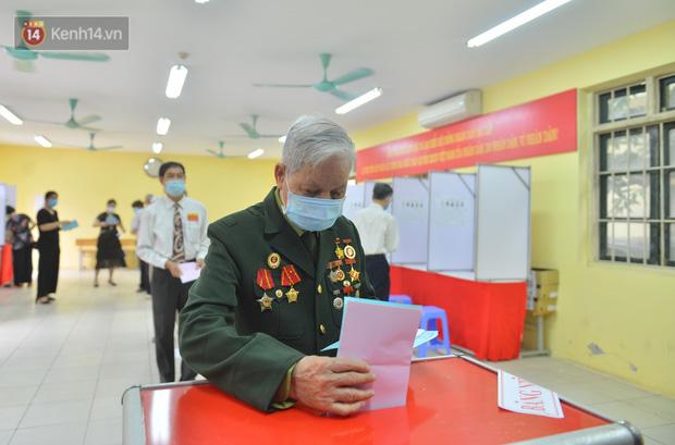 Cụ bà 101 tuổi được bỏ lá phiếu đầu tiên tại điểm bầu cử ở Hà Nội: 'Tôi rất phấn khởi thực hiện nghĩa vụ của mình' - 5