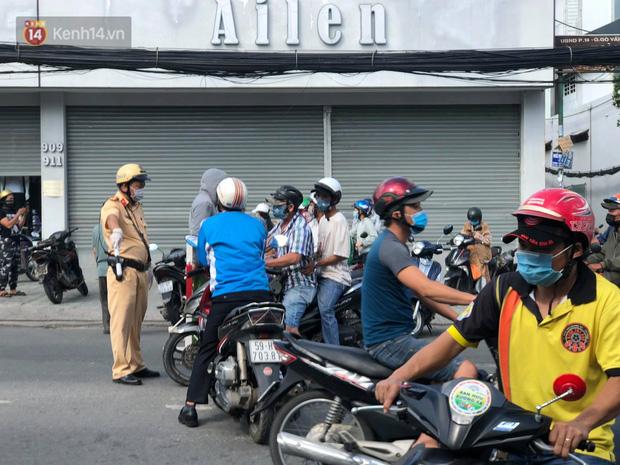 TP.HCM: Ùn tắc tại các chốt chặn ở Gò Vấp sáng 31/5 do người dân loay hoay không biết nên vào hay ra - 5