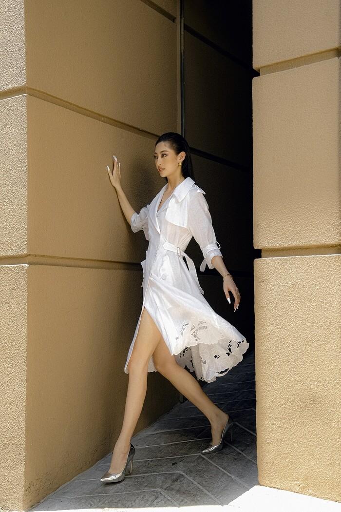 Hoa hậu Lương Thùy Linh khoe eo thon, ngực đầy trong loạt trang phục trắng tinh khiết - 9
