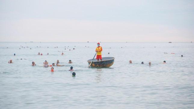 Người dân Đà Nẵng khai báo y tế, đeo khẩu trang tắm biển theo khung giờ - 12
