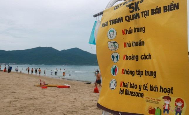 Người dân Đà Nẵng khai báo y tế, đeo khẩu trang tắm biển theo khung giờ - 15