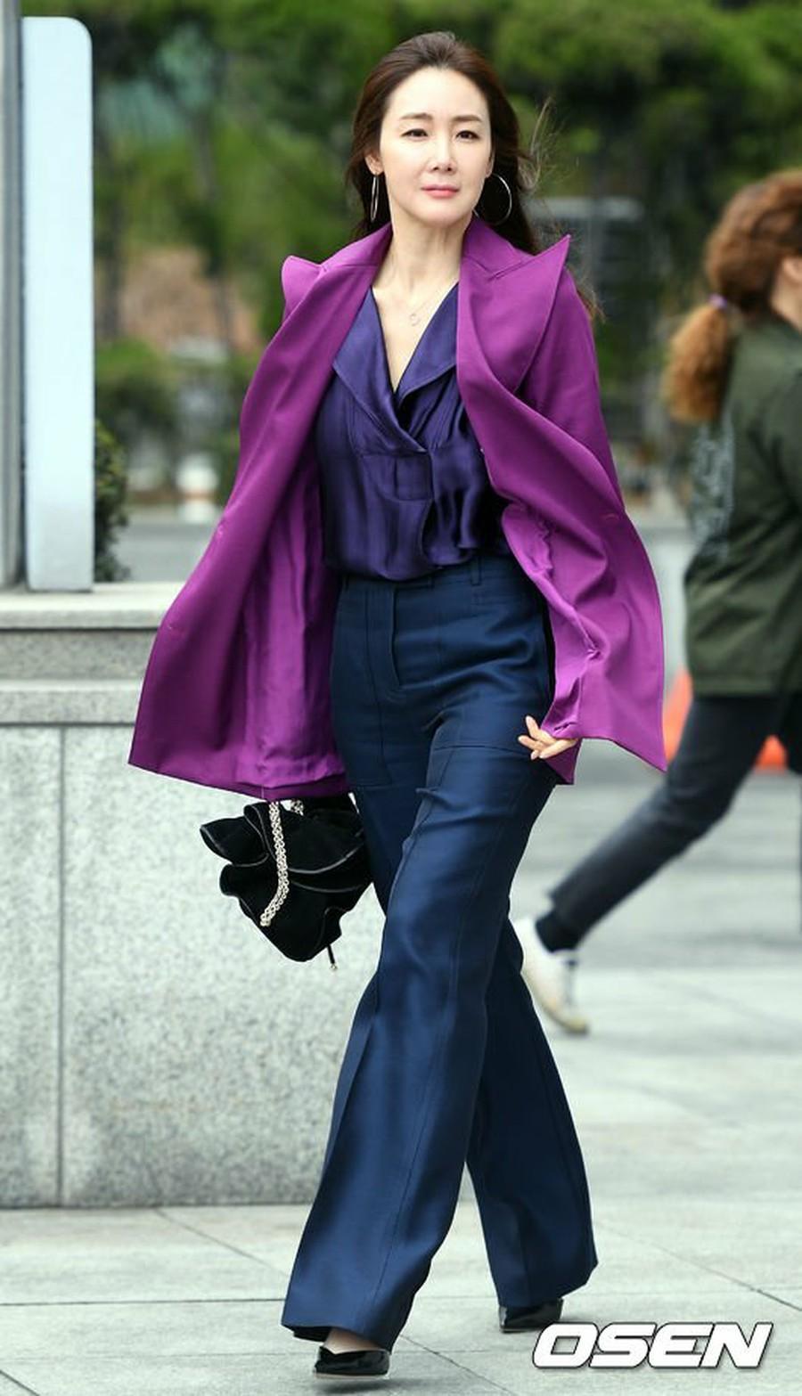 Style của Choi Ji Woo: Chuẩn tổng tài bá đạo, từng diện một chiếc váy đẹp 'giật sạch' spotlight của Son Ye Jin - 1