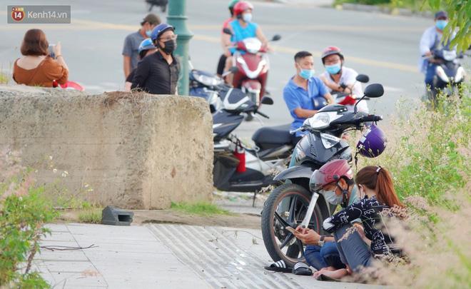 Dịch đang căng thẳng nhưng người dân ở Sài Gòn vẫn vô tư tụ tập hóng mát thả diều, bỏ luôn khẩu trang để chụp ảnh - 2