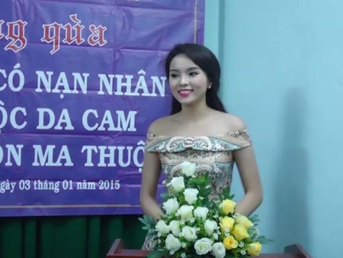 Loạt sao Việt bị chỉ trích vì đi giày lênh khênh, ăn mặc hở hang khi làm từ thiện - 4