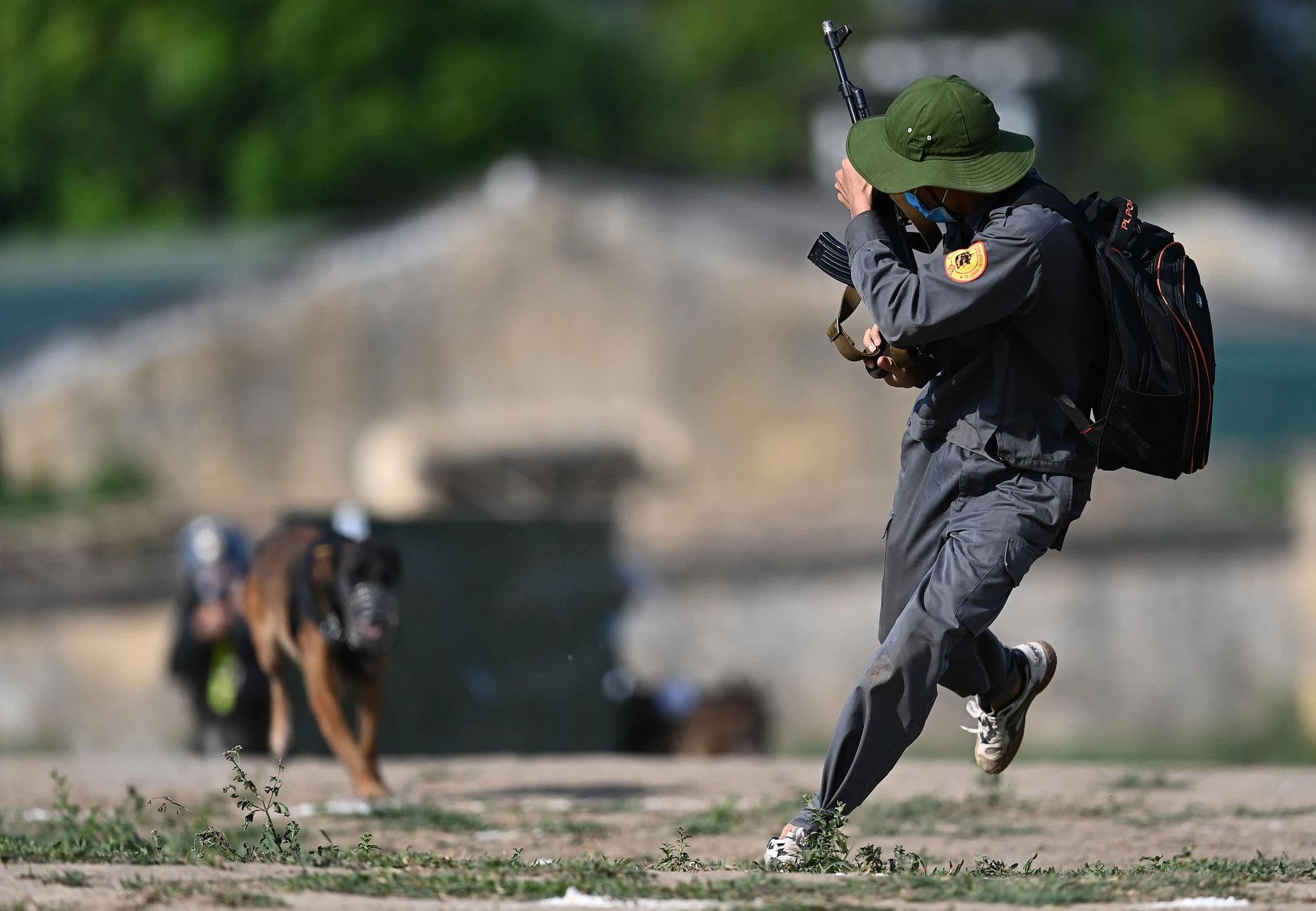 Mãn nhãn với màn biểu diễn võ thuật, nổ súng truy bắt tội phạm của Cảnh sát cơ động cùng những 'chiến binh đặc biệt' - 5