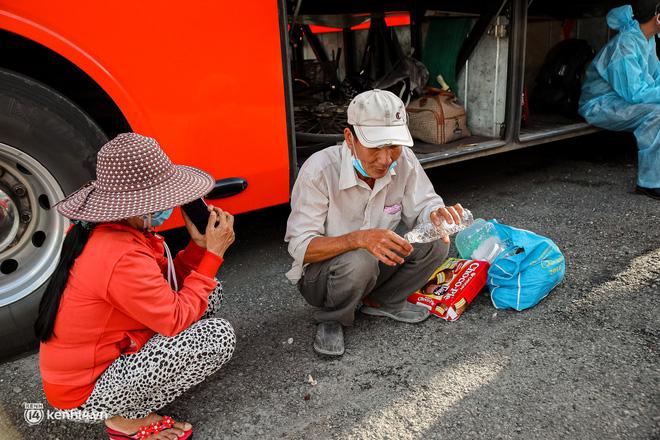 Ảnh: 20 chiếc xe khách giường nằm lăn bánh chở người dân từ TP.HCM về quê Phú Yên - 3
