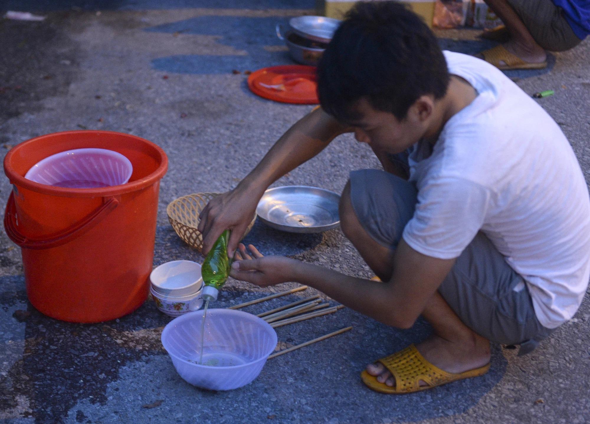 Nằm chờ gần 2 ngày để xin giấy 'luồng xanh' vào Hà Nội, tài xế xe đầu kéo nấu vội bữa cơm ngay cạnh đường - 12