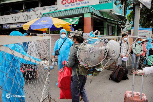 Ảnh: 20 chiếc xe khách giường nằm lăn bánh chở người dân từ TP.HCM về quê Phú Yên - 10