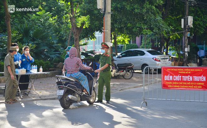 Ảnh: Lập chốt tại các làng ở quận Nam Từ Liêm, người dân ra ngoài không cần thiết sẽ bị xử phạt - 11