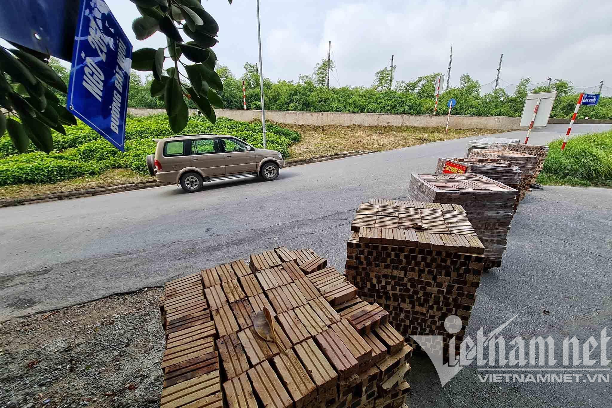 Điều xe tải, dựng container chặn cứng lối ra vào phường ở Hà Nội - 10