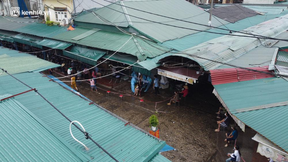 Hà Nội: Tạm dừng hoạt động chợ Phùng Khoang, hàng trăm tiểu thương đội mưa chờ xét nghiệm Covid-19 - 1