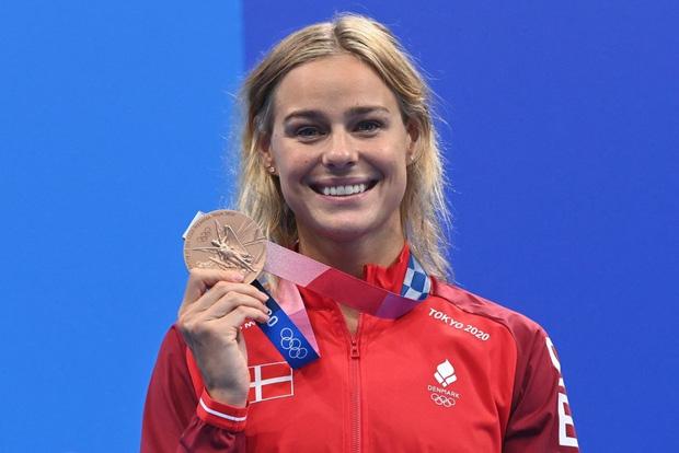 Khoảnh khắc tạo viral: Vừa giành huy chương Olympic, nữ kình ngư được đồng nghiệp điển trai tiến tới ôm hôn