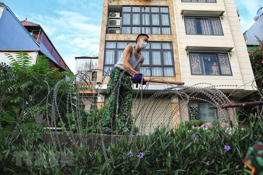 Hà Nội: Lập hàng rào dây thép gai tại khu vực phong tỏa - 5