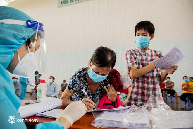 Ảnh: Người nghèo trong khu phong tỏa ở TP.HCM phấn khởi khi các đội vaccine lưu động đến tận nơi để tiêm chủng - 17