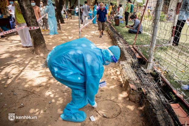 Ảnh: Người nghèo trong khu phong tỏa ở TP.HCM phấn khởi khi các đội vaccine lưu động đến tận nơi để tiêm chủng - 11