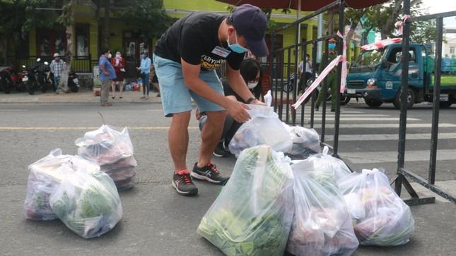 Video ảnh: Tổ COVID-19 cộng đồng đi chợ giúp 8.230 hộ dân bị phong tỏa cứng - 2