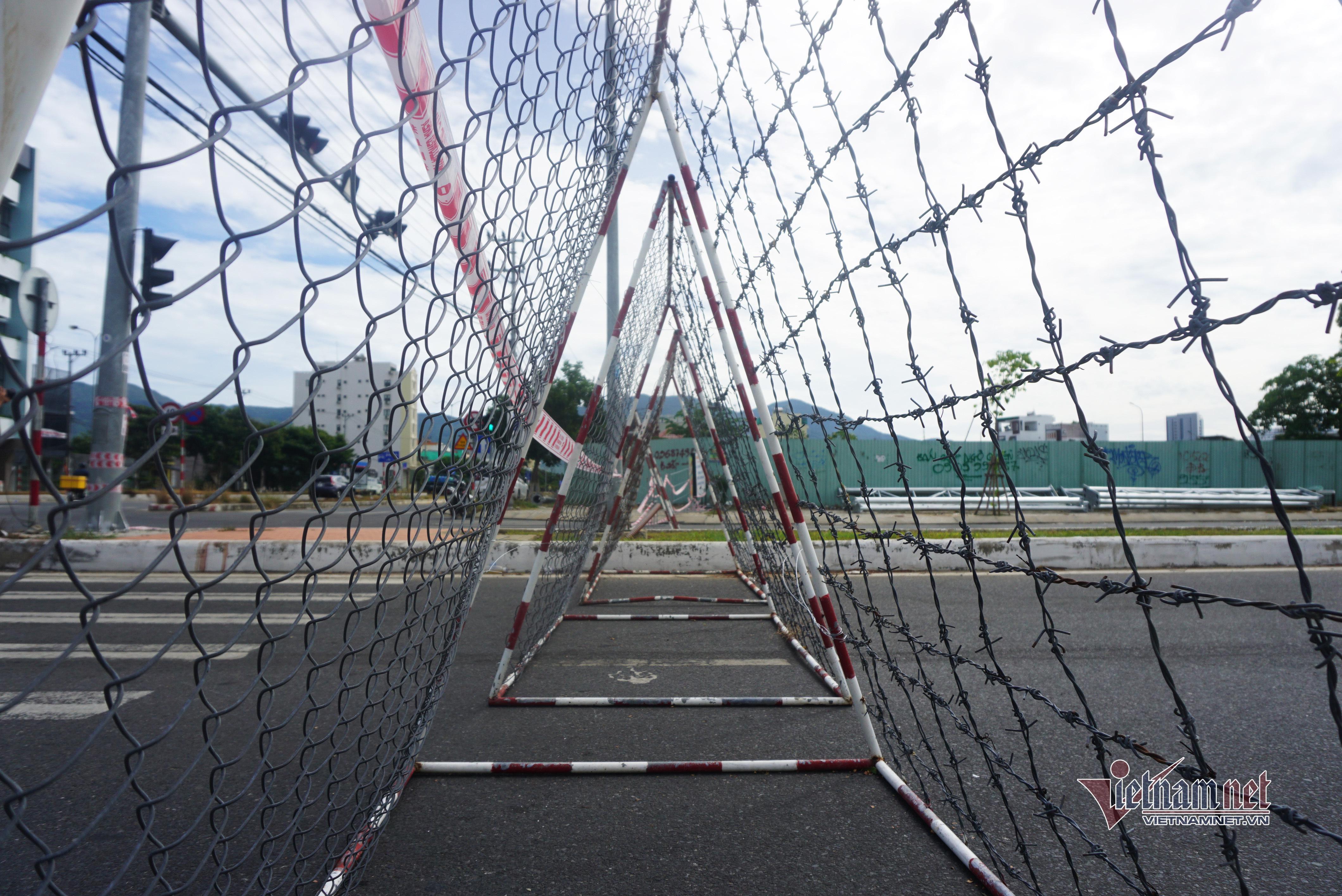 Dựng hàng rào thép gai, dải phân cách bê tông ngăn người vượt khu phong tỏa - 4