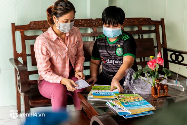 Ảnh: Bộ đội lặn lội xuống các xóm nhỏ, đến từng nhà trao sách cho các học sinh ở TP.HCM - 7