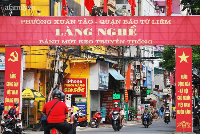 Người Hà Nội xếp hàng mua bánh Trung thu ở làng nghề bánh mứt kẹo truyền thống - 5