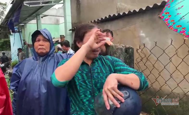 Người dân Quảng Ngãi bật khóc khi lốc xoáy cuốn bay hết mái nhà - 3
