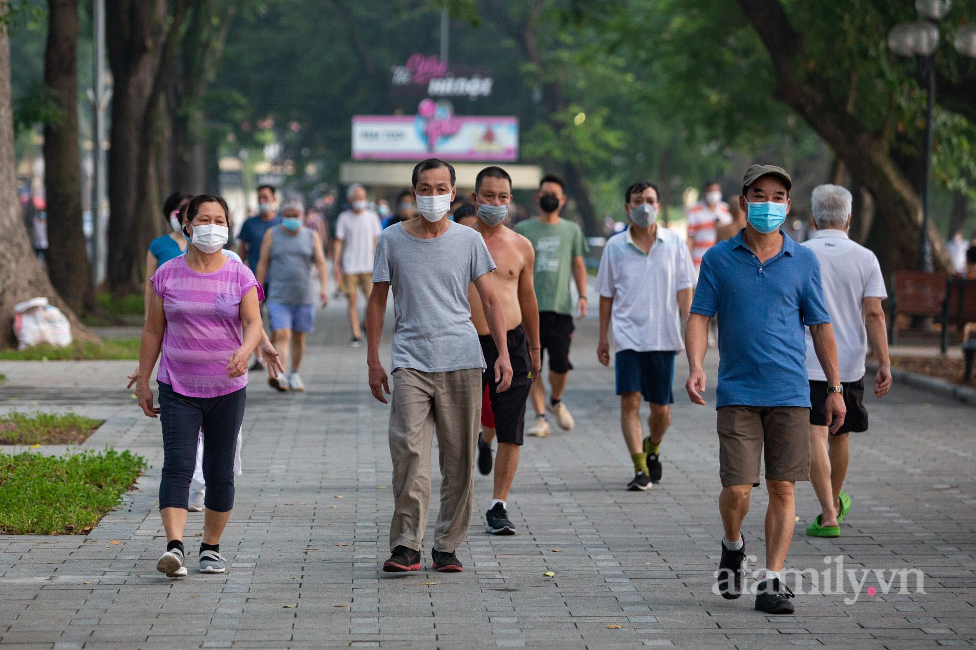 Cảnh lâu lắm rồi mới thấy ở Hà Nội: Người người xuống đường tập thể dục, phố đi bộ thành 'trường đua' xe đạp từ sáng sớm - 16