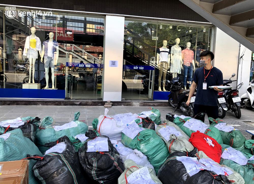 Hà Nội ngày đầu mở cửa trở lại TTTM, shop thời trang: Nơi tấp nập, nơi vắng hoe khách - 14