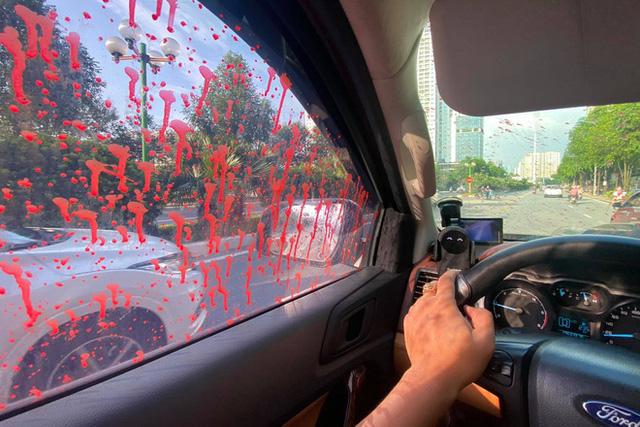 Hàng loạt ô tô bị tạt sơn nham nhở khi đỗ qua đêm tại một khu đô thị ở Hà Nội - 1
