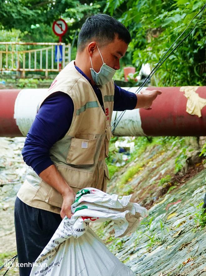 Hà Nội: Sông Tô Lịch bất ngờ chuyển màu xanh ngắt, người dân mang theo bao bắt hàng trăm cân cá đem về - 13