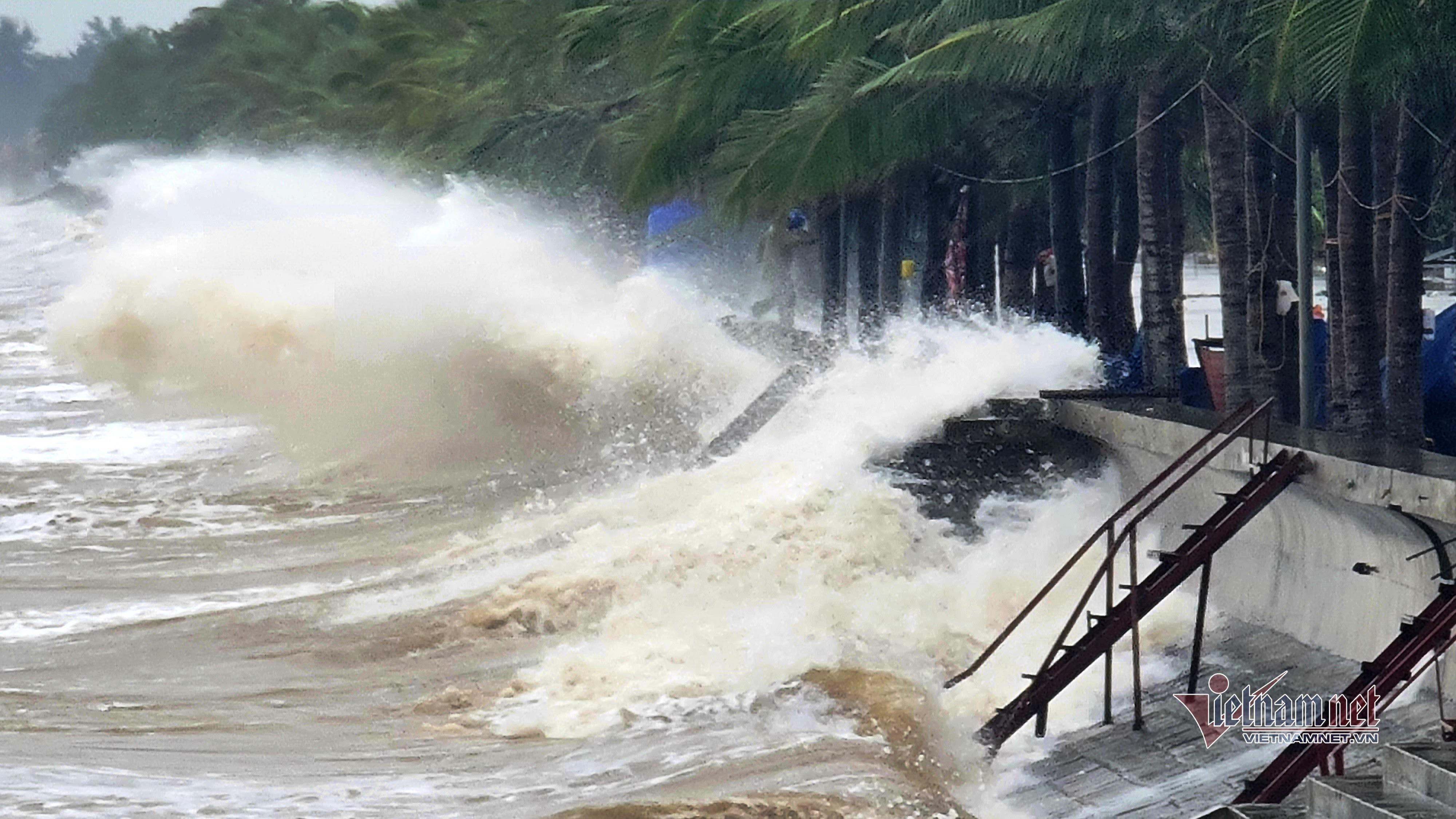 Sóng biển dữ dội ở Thanh Hóa trước khi áp thấp đổ bộ - 2