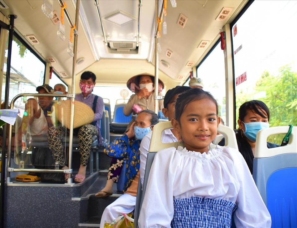 Hành khách hào hứng trải nghiệm tuyến xe buýt hiện đại đầu tiên ở Cần Thơ - 3
