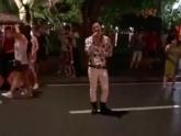 Cover lại hit của Hoa Vinh trên phố đi bộ, chàng hát rong khiến nhiều người mê mẩn với giọng như Ưng Hoàng Phúc