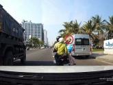 Xử lý nam thanh niên chở vợ, cầm gạch ném vỡ kính ô tô tải đang chạy trên đường phố Đà Nẵng