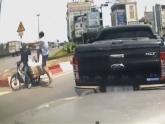 Clip: Tài xế ôtô đạp người đi môtô văng khỏi xe vì bị tạt đầu