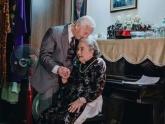 Bộ ảnh đôi vợ chồng già hơn 70 năm ngọt ngào bên nhau