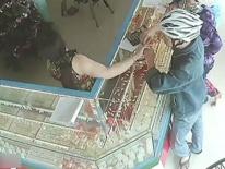 Nam thanh niên bị bắt khi vào tiệm vàng cướp nhẫn