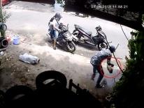 Tiền Giang: 3 thanh niên đi 2 xe tay ga phối hợp ăn trộm bể cá cảnh trị giá hàng chục nghìn đồng ở vỉa hè