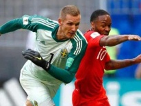 Nước Anh chia rẽ: Sterling 'chân gỗ' quá nhiều, Beckham phải lên tiếng