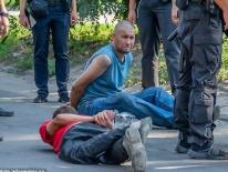 Sau khi cãi nhau, binh sỹ tháo chốt lựu đạn đưa cho bạn rồi bỏ chạy