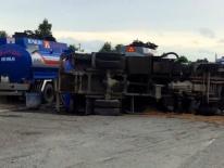 Xe bồn chở 6.000 lít xăng lật trên quốc lộ