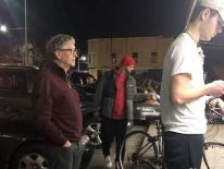Bill Gates bị bắt gặp đứng xếp hàng mua đồ ăn nhanh, dân mạng băn khoăn tại sao ông không gọi ship