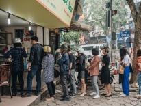 Quán chè cứ Tết Hàn thực người Hà Nội lại xếp hàng dài, chờ đến 30 phút để mua bánh trôi, bánh chay