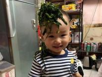 Nhân lúc cả nhà đang ăn cơm, cậu bé này liền làm một việc 'động trời' khiến mẹ định phạt mà cuối cùng phải cười không nhặt được miệng