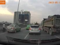 Video: Cao tốc ở Hà Nội ùn ứ vì tài xế taxi đi vệ sinh giữa đường
