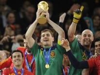 Iker Casillas tuyên bố giải nghệ ở tuổi 38 sau khi trụy tim trên sân tập