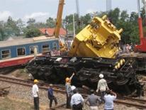 Clip: Giải thoát toa tầu khỏi đường ray vụ tàu hỏa tiện đôi xe tải